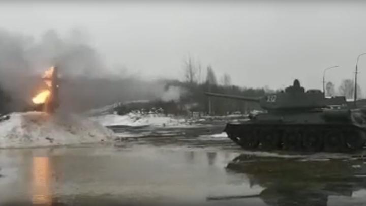 По зиме из танка: в Красном Селе чучело Масленицы снесли выстрелом из Т-34