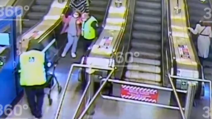 Не уследили: в Петербурге девушка-инвалид упала с эскалатора и ударилась головой