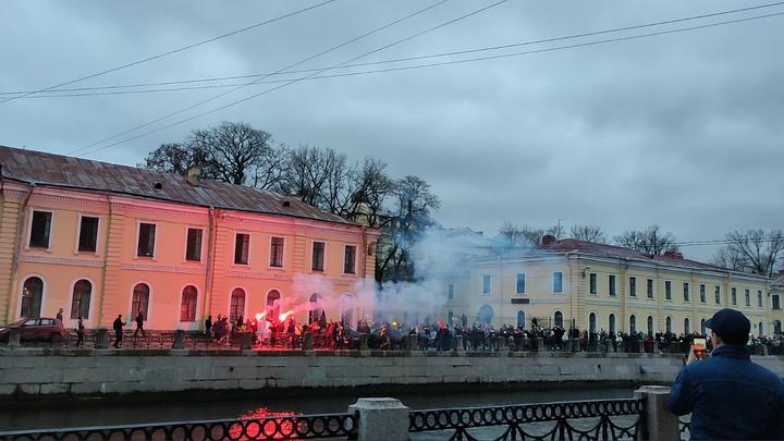 Мойка в дыму: участники незаконной акции зажгли файеры