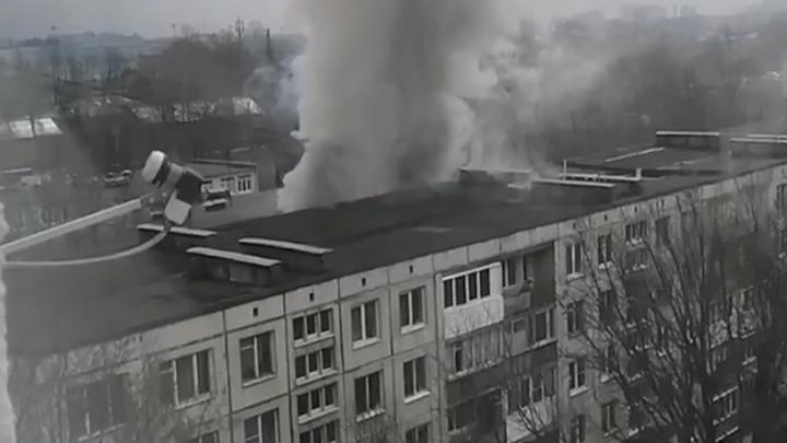 Во Фрунзенском районе Петербурга загорелись три этажа жилого дома