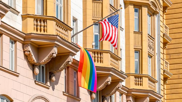 Встала радуга-дуга. Американское посольство покрасилось