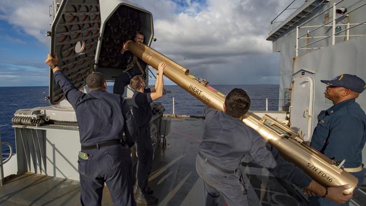 Взял на контроль: Корабль Пытливый следит за американским Fort McHenry в Черном море