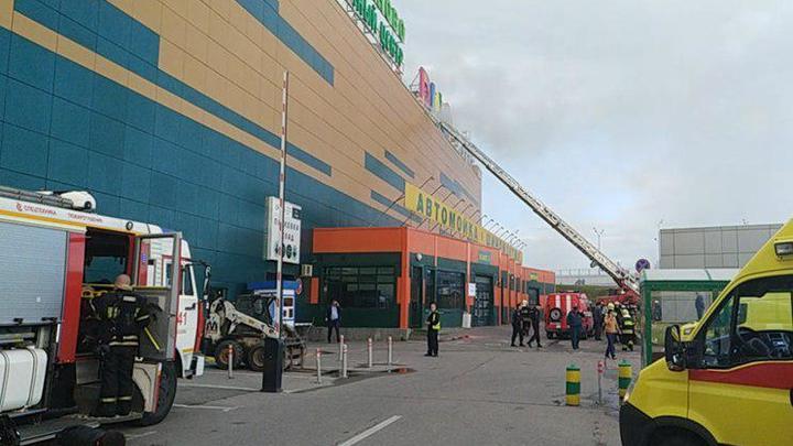 Пожар в московском торговом центре тушат со спецпоезда и вертолетов