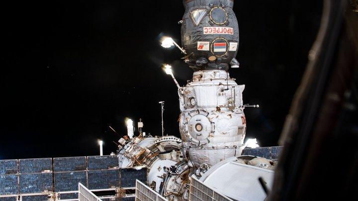 Березовый сок и тельняшка: Космический грузовик доставит на МКС трогательные посылки