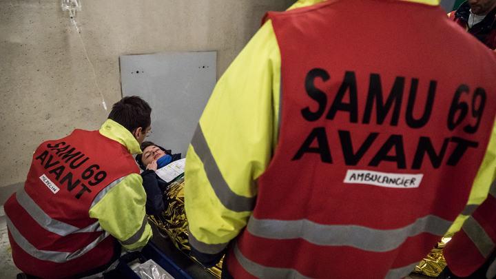 Граждан России среди пострадавших нет: Во Франции на мокрой дороге перевернулся пассажирский автобус