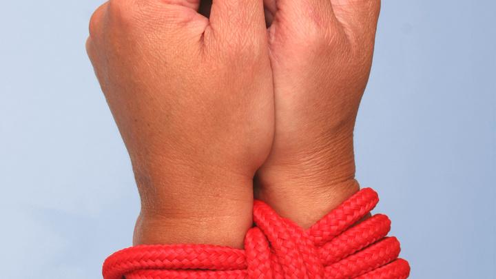 В Омске мать привязала сына к столбу, запихнув ему в рот носки
