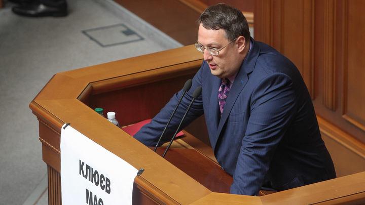 Агенты Кремля покусали: На шее покидающего Украину Геращенко заметили шрам, зашитый чёрными нитками - СМИ