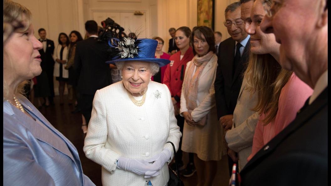 Елизавета II в Виндзорском замке закатила вечеринку в стиле ABBA