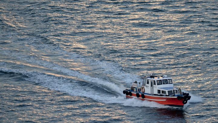 Выгоревший корабль с российскими моряками дрейфует в Японском море