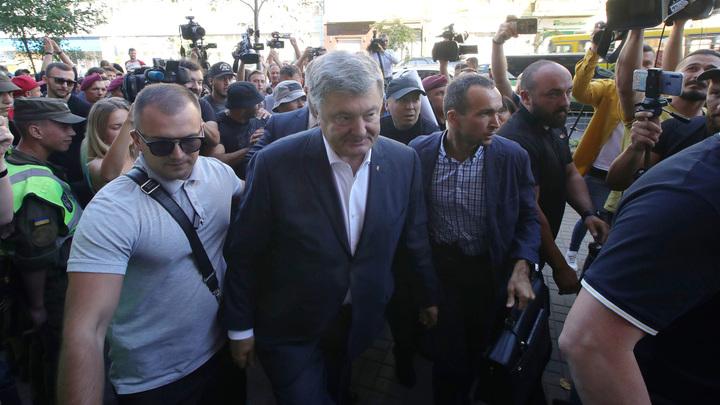 Гонит перед собой детей: Блогер пристыдил Порошенко за явку на допрос с дочерьми и сыном