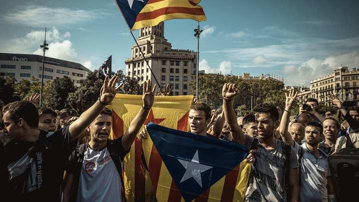Граждане России стали заложниками массовых беспорядков в Барселоне: Аэропорт Эль-Прат перекрыт