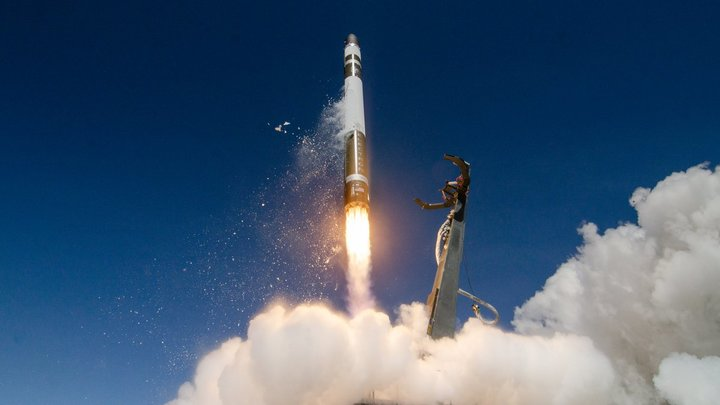 В Новосибирске семья смастерила двухметровую ракету ко Дню космонавтики