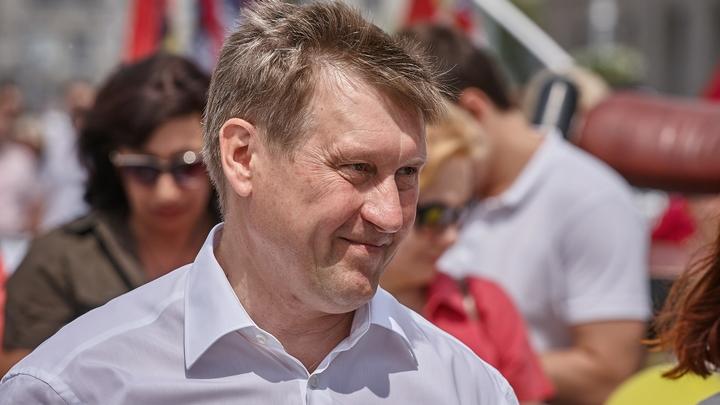 Мэр Новосибирска объяснил установку металлических заборов вдоль дорог