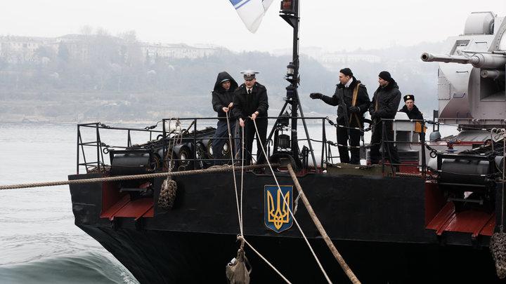 Корабль погранслужбы Украины захватил российский траулер в Азовском море
