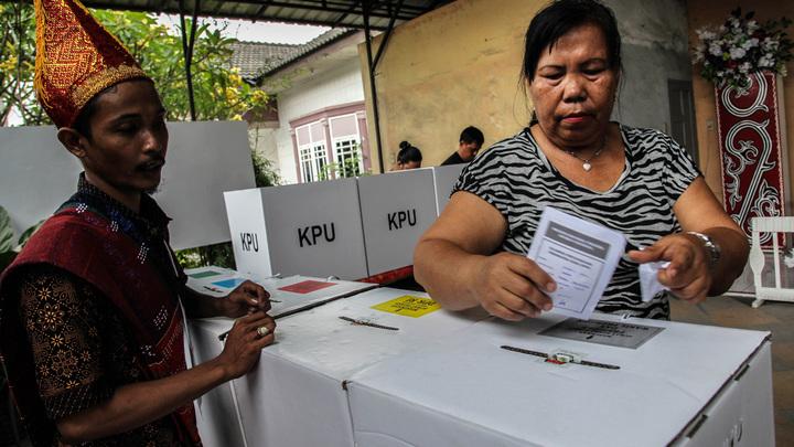 Преклонный возраст, слабое здоровье и переутомление: Выборы в Индонезии стали причиной смерти почти 500 человек