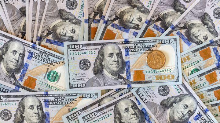 Пачки долларов считали в 14 рук: Появилось видео обыска у помощника Сафонова