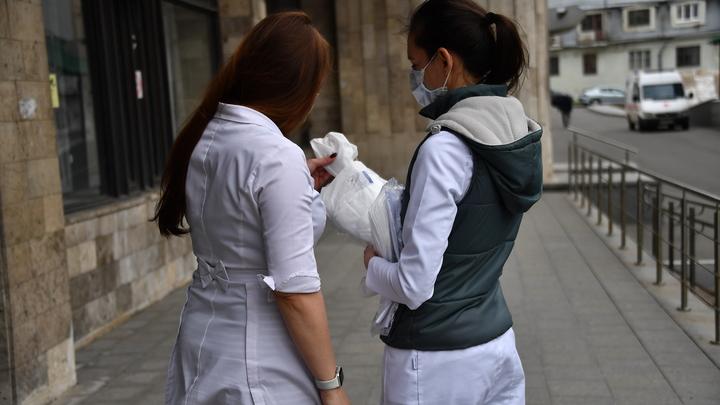 Попробуйте надеть мусорный мешок: Чиновники наказали, коллеги вступились за голую девушку-медика
