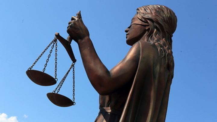 Смеющуюся горе-мать, бросившую свою дочь в поликлинике, отпустили из зала суда