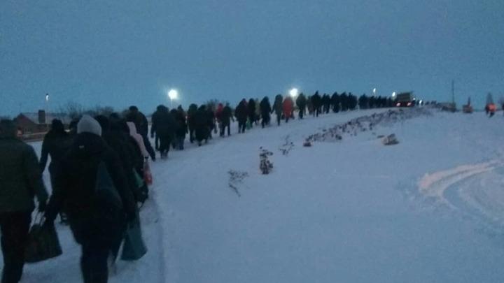 Живая пробка: В Ростове чиновников призвали ходить на работу по заснеженному мосту на Малиновского
