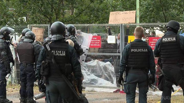 Беспорядки в лагере для нелегалов в Литве гасят с помощью ледяного душа и слезоточивого газа