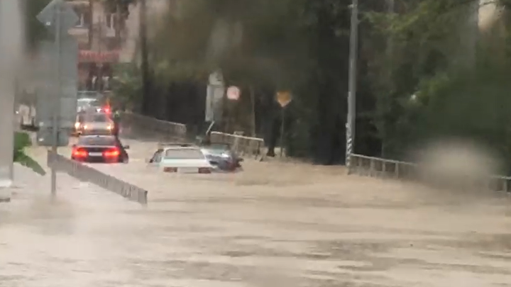 Участок федеральной трассы Джубга - Сочи затоплен. Движение остановлено