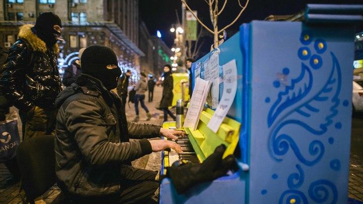 Переворот в Киеве репетировали в Москве? На фото 2012 года нашли предвестника пианино с Майдана