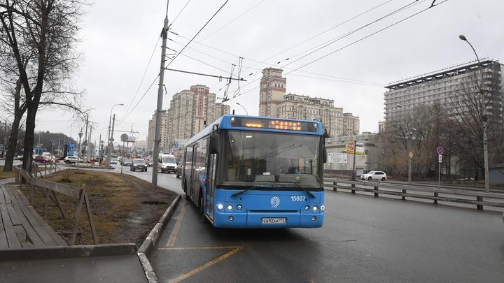 Новая авария с автобусом в Москве: Водитель съехал с маршрута и влетел в зад легковушки