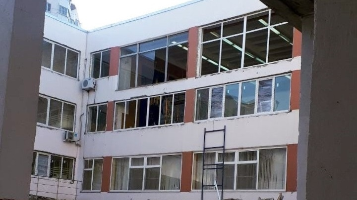 Так получилось: В мэрии Ростова-на-Дону объяснили, почему в школе начали менять окна в мороз