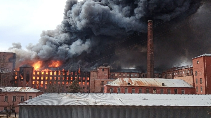 Ни капли совести. На офисы сгоревшей «Невской мануфактуры» напали мародеры