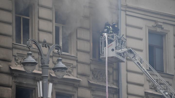 В Екатеринбурге на улице Братской вспыхнул жилой дом