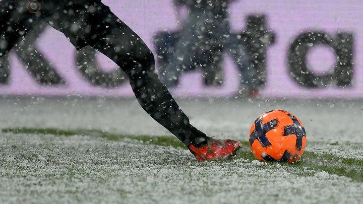 В манеже или на морозе: Суровый русский зимний футбол