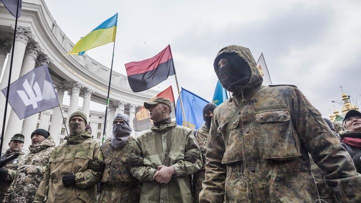Украинские радикалы идут к месту дебатов, подбадривая Порошенко нацистскими лозунгами