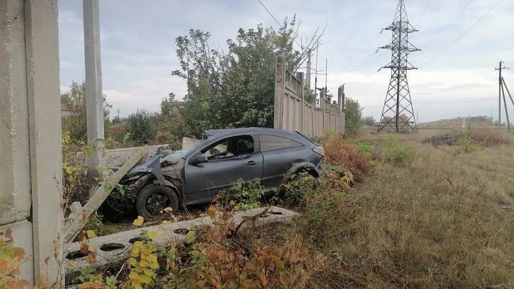 Под Самарой Opel Astra вылетел с трассы и врезался в бетонную стену: водитель и пассажир скончались