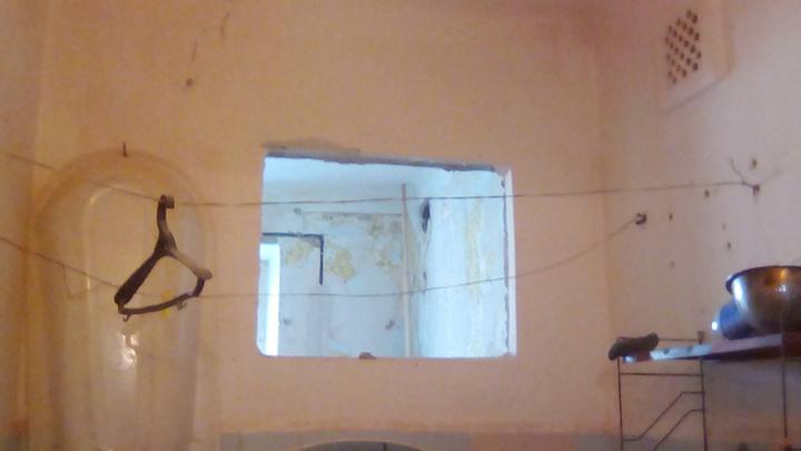 Женщина с детьми проживает в общежитии Таганрога, которое может обрушиться