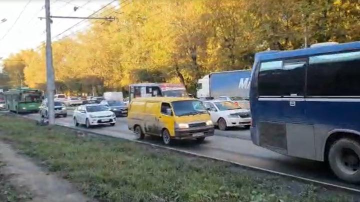 Новосибирцы встали в огромную пробку из-за ремонта на улице Сибиряков-Гвардейцев