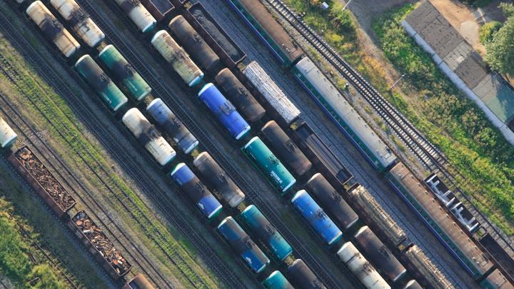 Два грузовых состава столкнулись и сошли с рельсов в Петербурге. Движение пущено в обход