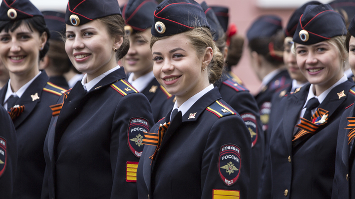 Я бы на такой женился: девушка-полицейский обезоружила оппозицию одной улыбкой и семью словами