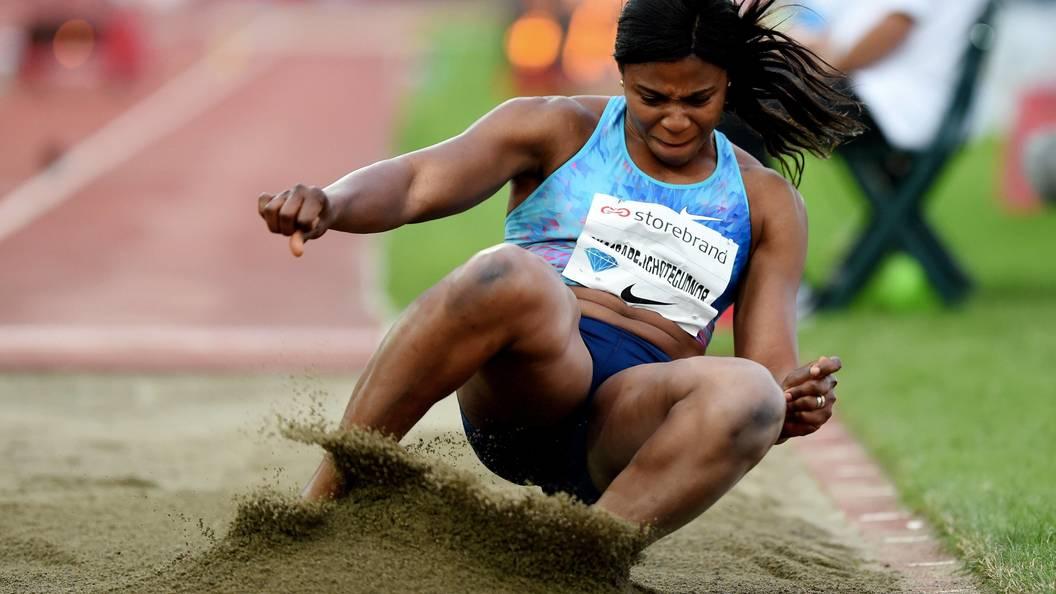 Видео: У легкоатлетки сорвало парик во время прыжка в длину