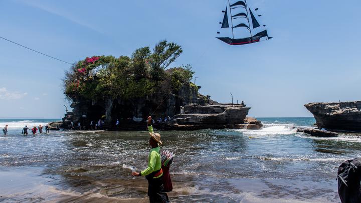 Белые опять это делают… Депортировать их: Прыгнувший в океан на мопеде блогер выслан с Бали