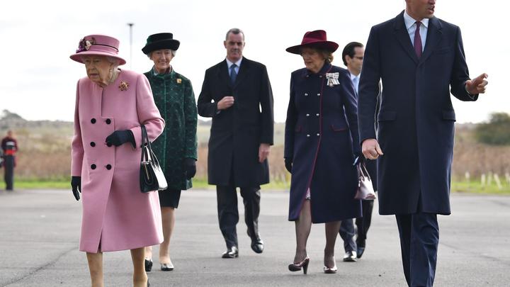 Елизавета II подала тайный знак в Солсбери: Внимание СМИ приковала кровавая брошь