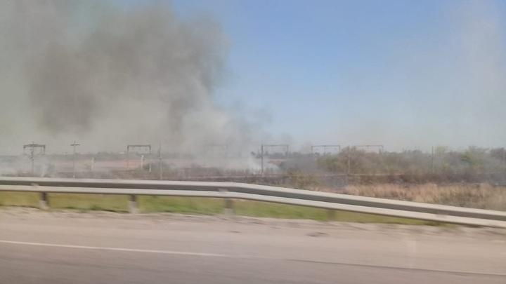 Крупный ландшафтный пожар под Батайском: Столб дыма виден из Ростова