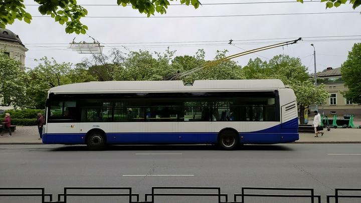 Дорогу на проспекте Ветеранов не поделили троллейбус и мусоровоз