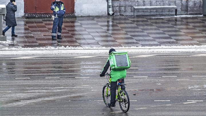 Залил газом и отобрал заказ: в Петербурге голодный рецидивист напал на курьера