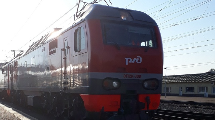 В Ростовской области под колесами поезда погиб 40-летний мужчина