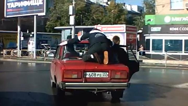 Молодой человек прокатился верхом на багажнике Жигулей в Новосибирске