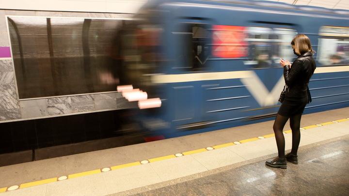 Жители Петербурга массово опоздали на работу. В объяснительных – неисправный состав метро