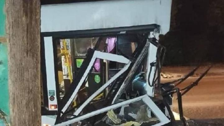 Пассажирский автобус 67-го маршрута врезался в грузовик. Есть пострадавшая