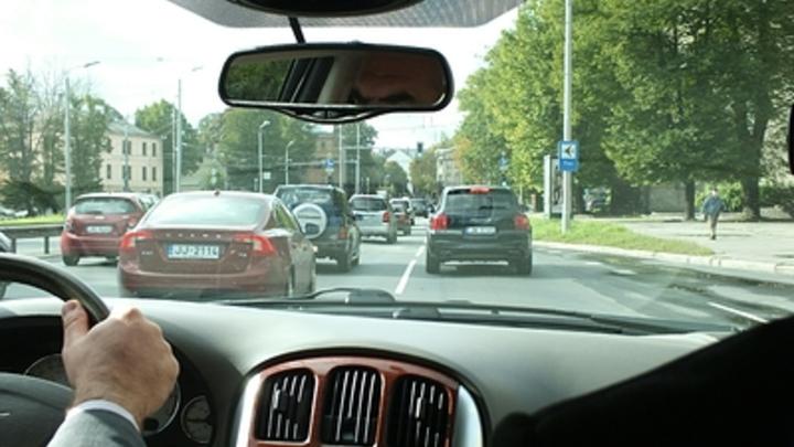 Инспекторы ГИБДД Дона будут наказывать водителей за шторки и сетки в салоне авто