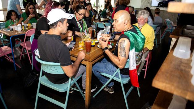 Перуанцы пьют, а мексиканцы заедают горе: в кафе Екатеринбурга закончилась еда