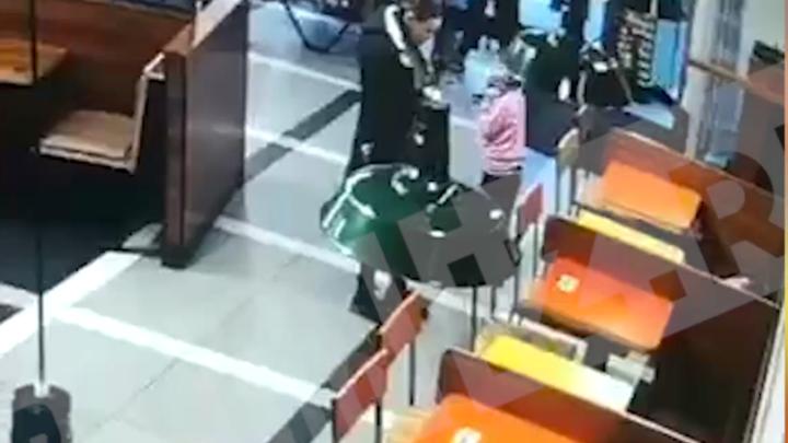 В Санкт-Петербурге семилетнюю девочку систематически избивали, а потом оставили в кафе